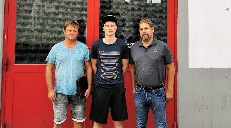 v.l. Eishackler-Coach Rainer Höfler, Andreas Scholz, Eishackler-Vize Tobias Ende